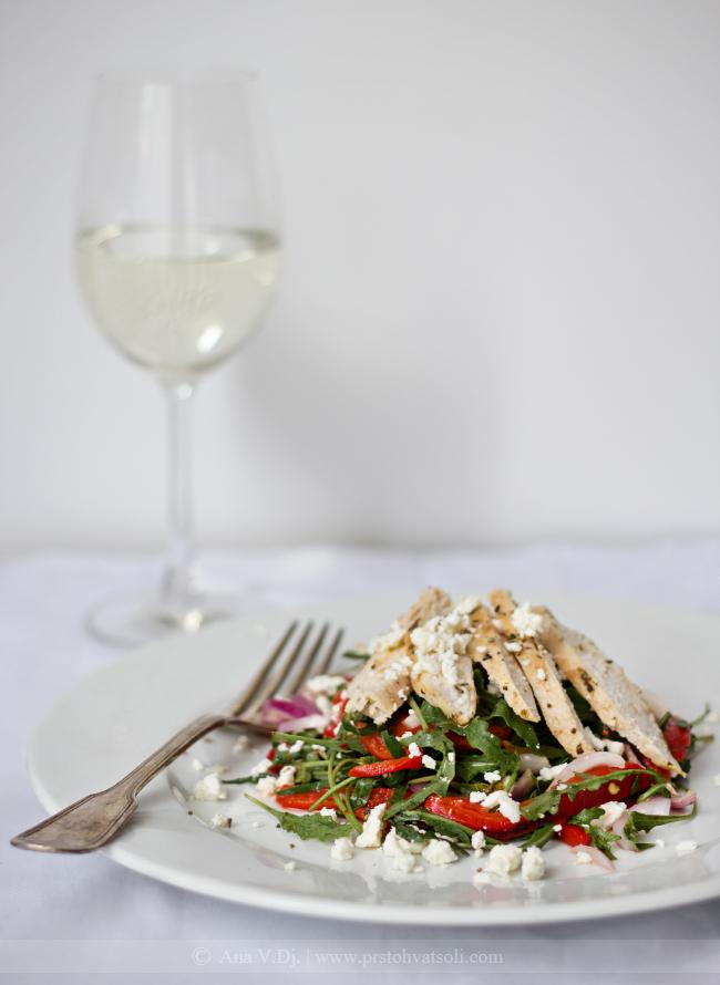Salata sa piletinom i pecenom paprikama