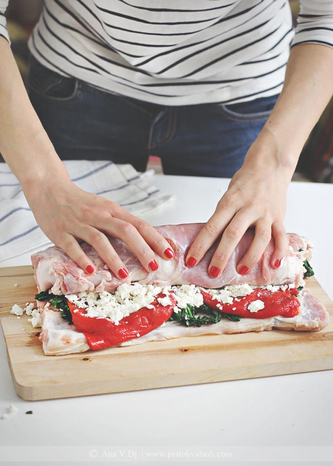 Rolovana teletina sa spanaćem, pečenom paprikom i fetom