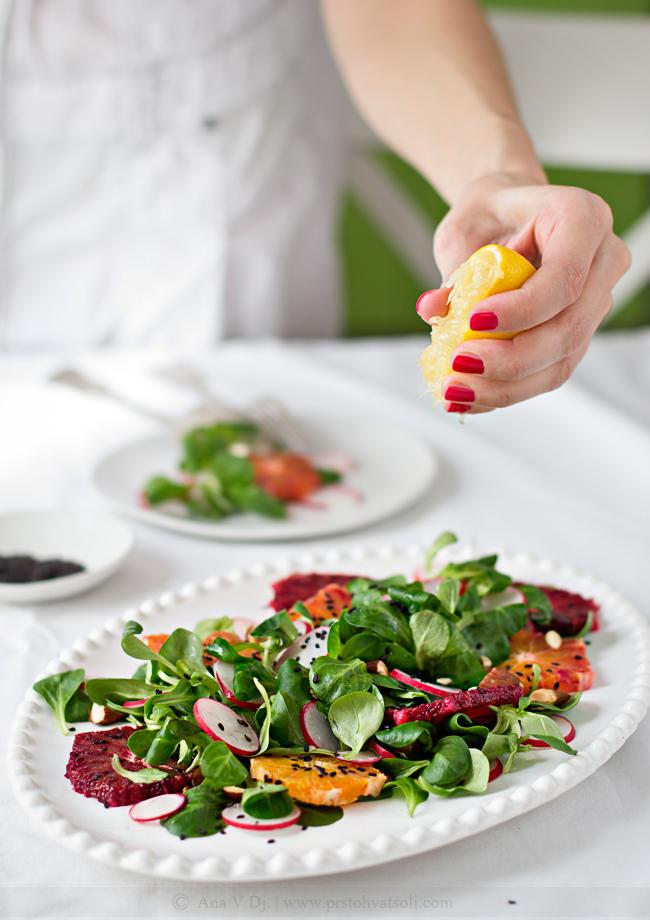 Salata sa motovilcem, crvenom pomorandžom i rotkvicama