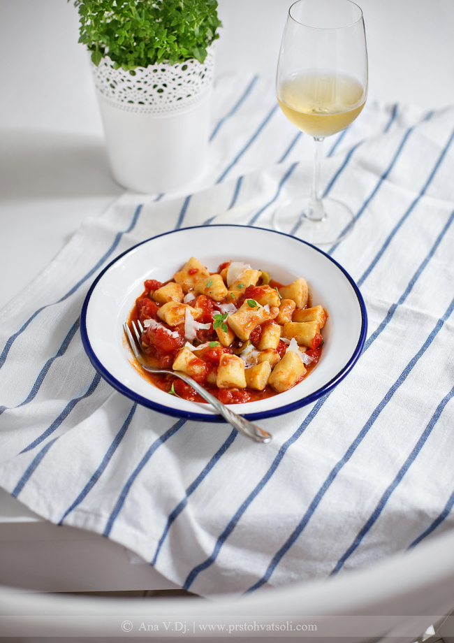 NJoke od rikote u sosu od paradajza