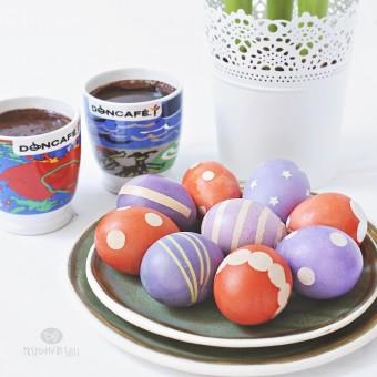 Uskrs: Dekorisanje jaja sličicama i lepljivom trakom