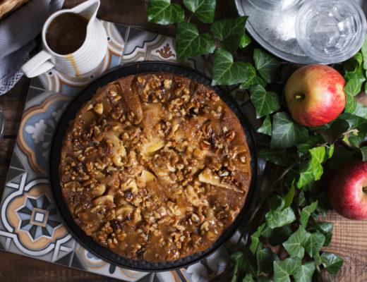 Kolač sa jabukama i karamel sosom