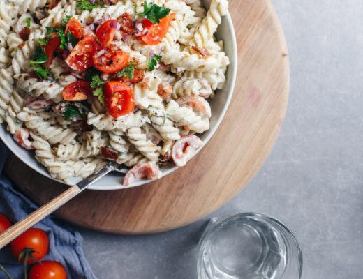 Pasta salata sa umakom od avokada, čeri paradajzom & slaninom